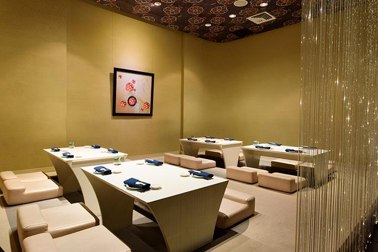 テーブル席のほか、寿司バーや鉄板焼きカウンター、人気の掘りごたつ席もある。