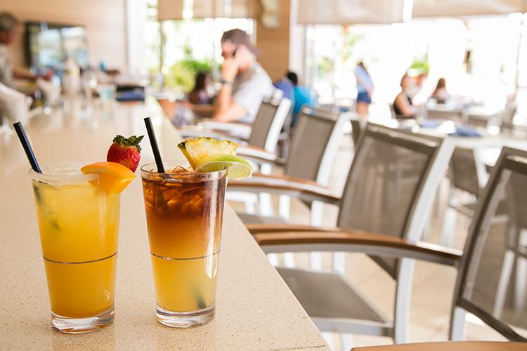 ハワイらしいカクテルもお得に。右からマイタイ、スベツカ・クレメンタイン・パンチ各$6。