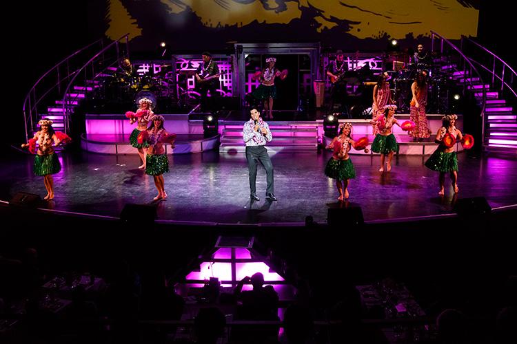 エルヴィス・プレスリーとフラダンサーの華やかな競演!曲は「ロカ・フラ・ベイビー」。