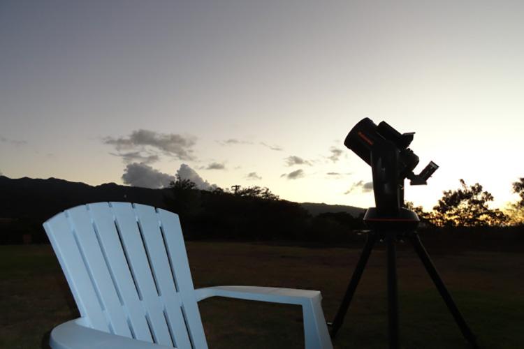 見上げるだけでも多くの星を観察することができるが、用意された望遠鏡で、裸眼では見えない星も観察。