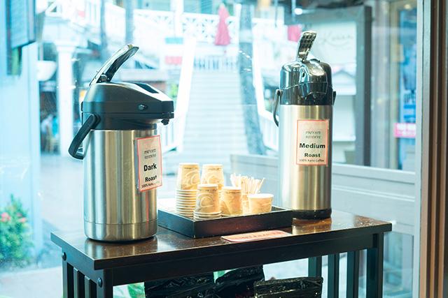 コーヒーの試飲コーナー。ダークとミディアムがある。