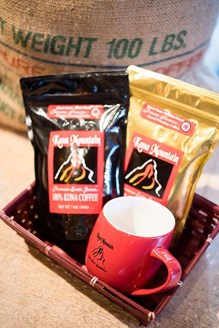 ロゴ入りマグカップ$14.95と、プライベート・エステートのコーヒー豆各$24.95(198g)。