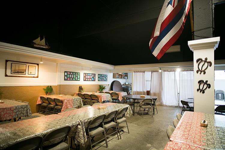 80席はあるという広い店内。テーブルクロスがマヌヘアリイ製なのにも注目!