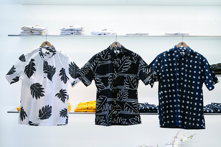 ひとつひとつのデザインに意味がある、こだわりのアロハシャツ。ボタンダウンとプルオーバーの2種類あり、各$120。