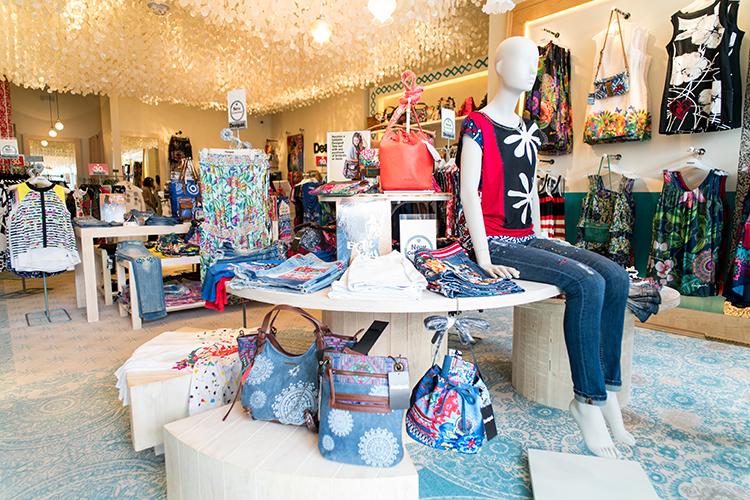 広い店内は、明るい太陽が似合うカラフルなファッション&アクセがずらり。