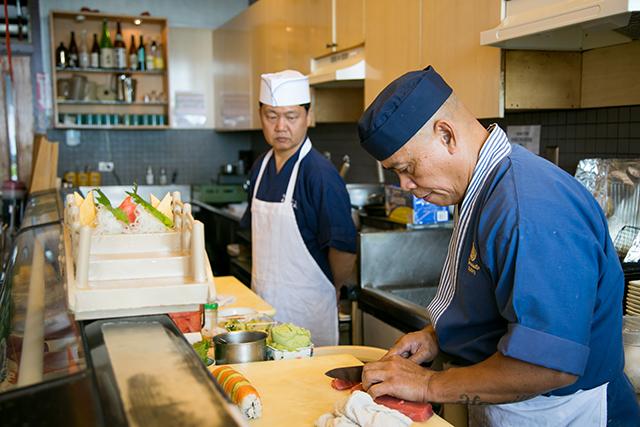 熟練の寿司職人が、ハワイ産の新産なネタを見事にさばく。