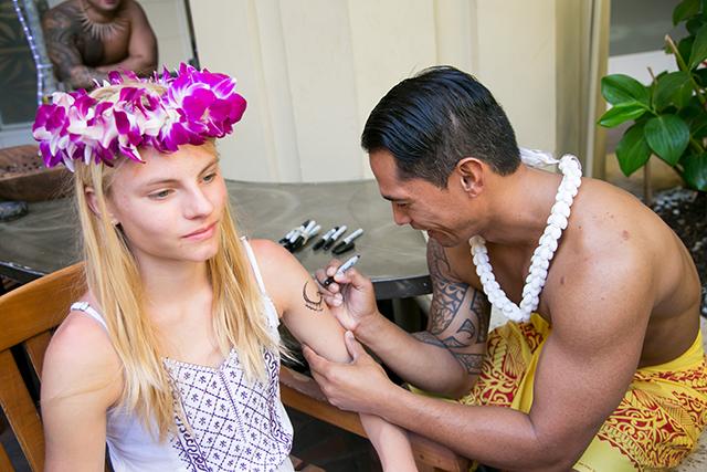 洗い流せるタイプのタトゥーだから、気軽にトライ。ポリネシアの伝統的な模様が人気。
