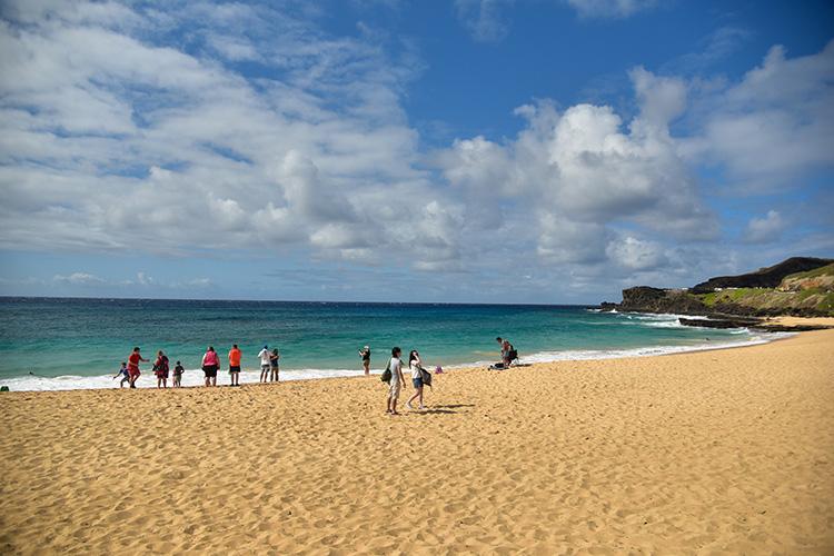 オアフ島東部、ボディサーフィンで有名なサンディビーチ。美しい海を見ながら砂浜を散策。
