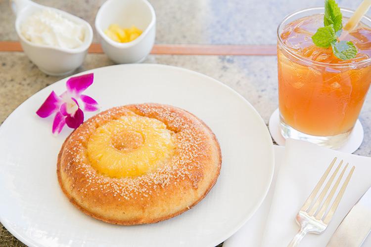 ランチ時のみ登場する、キャラメライズしたゴールデンパイナップルのパンケーキ$16。