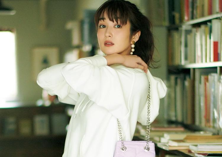 光沢素材のプリーツスカートは履くだけで今っぽい♡パーカでオシャレ上級者風コーデ