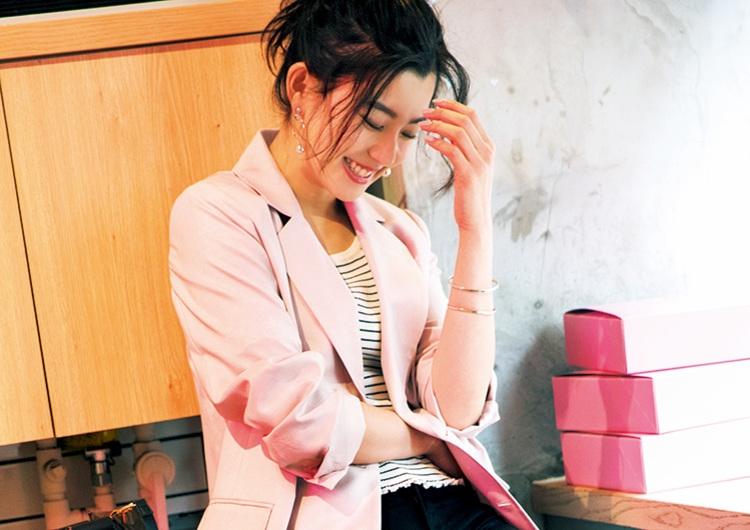 ユニクロの黒デニムにピンクのジャケット合わせが新鮮♡クールな配色で作る旬コーデ
