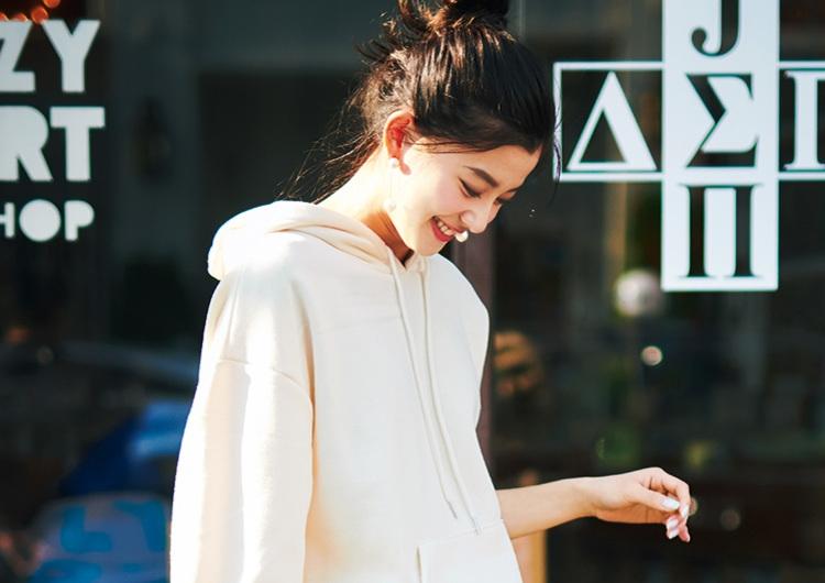 白スニーカー×ヒョウ柄ロングスカートは相性抜群♡パーカ合わせの軽やか休日コーデ