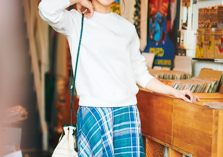 GUの990円スウェットは超万能♡チェック柄スカートとつくる華やかな休日コーデ