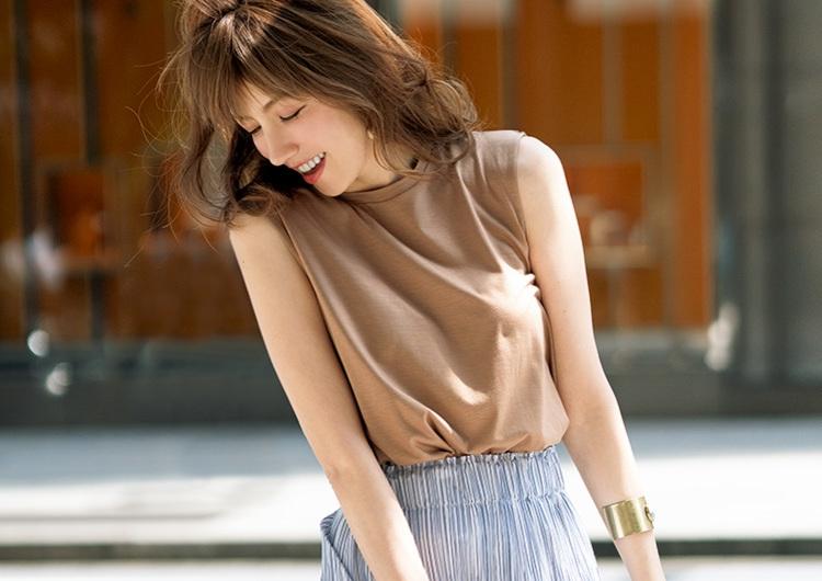 ベージュのノースリTシャツでおしゃれ見え間違いなし♡華スカートと作る休日コーデ