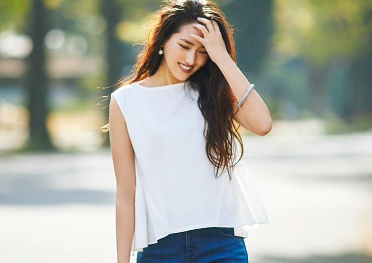 白のノースリ×デニムで美人見え♡細見えで女らしい裾フレアが好印象なデートコーデ