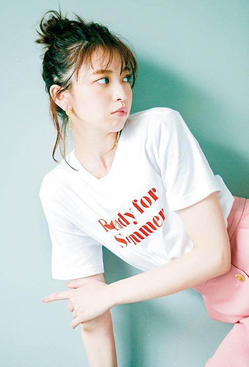ロゴTシャツ¥790/GU ボタンつきタイトスカート¥19,000/COEL ピアス¥2,700/mimi33(サンポークリエイト)