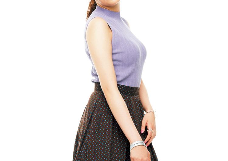 ラベンダー色ニットと茶系のスカートでキレイめな着こなし♡知的に見える上品コーデ