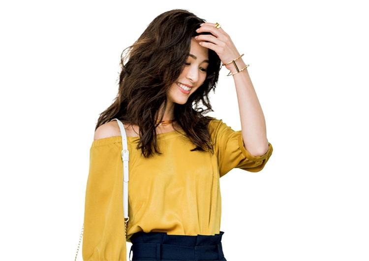 定番色のワイドパンツには、色柄トップスを合わせて。〝秋じたくする〟着こなし3選