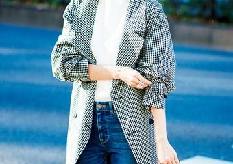 Tシャツ&デニムの超定番も、ギンガム柄だと簡単新鮮!トレンチコートの休日コーデ