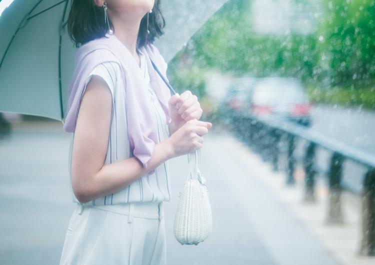 雨の日オシャレどうする問題。快適さも可愛さも欲しい!通勤&休日コーデまとめ3選