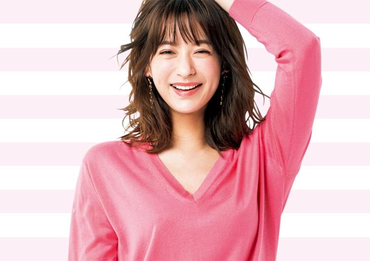 優しげな〝コーラルピンク〟のニットで女らしくなる♡カジュアルなデニムコーデ