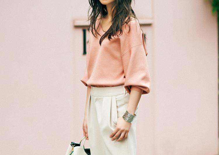 くすみピンクを大人っぽく着こなす技♡Vニットと白パンツ合わせのシンプルコーデ