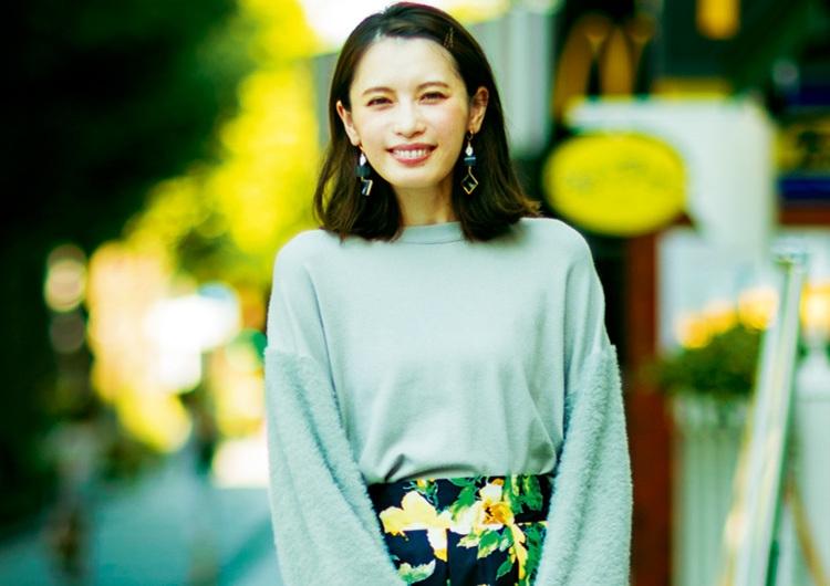 ボリューム袖のニット1枚で着映えする♡花柄スカートを合わせた秋の上品休日コーデ