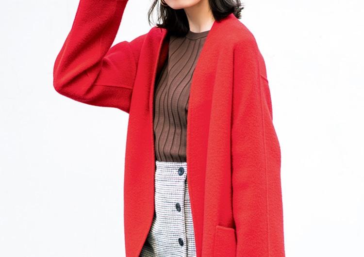 赤のコートを羽織って美人見え♡ブラウンニット合わせで派手さ控えめトレンドコーデ