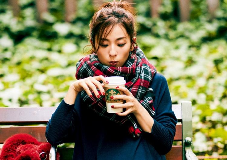 ZARAの赤パンプスとチェックストールで印象美人になる♡寒色まとめの休日コーデ