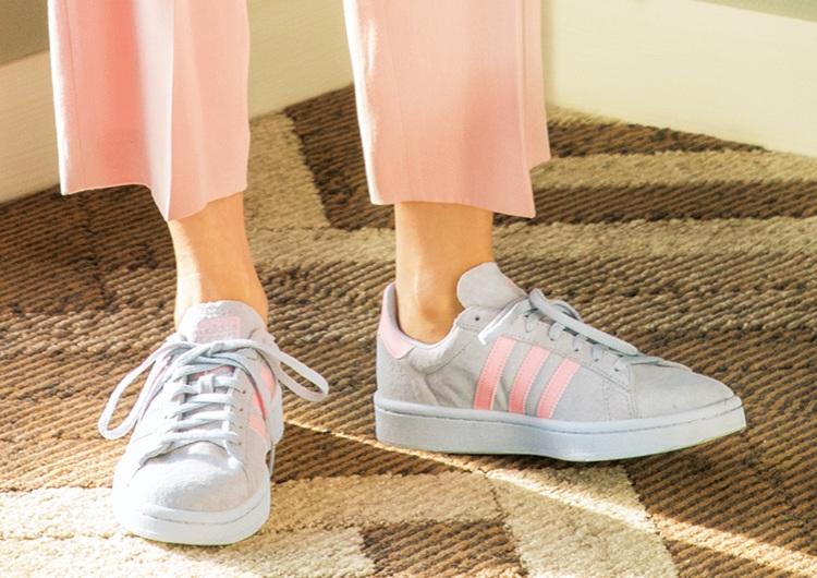 大人の淡色スニーカー選び&合わせ方♡甘い服に合う優しげカラーの最新アイテム5選