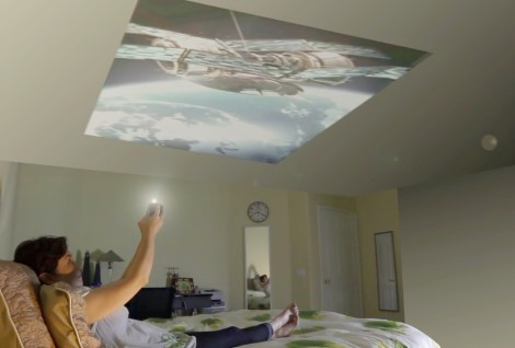 ▲ 寝室の天井に映せば、仰向けで寝たまま映画やビデオを観られます
