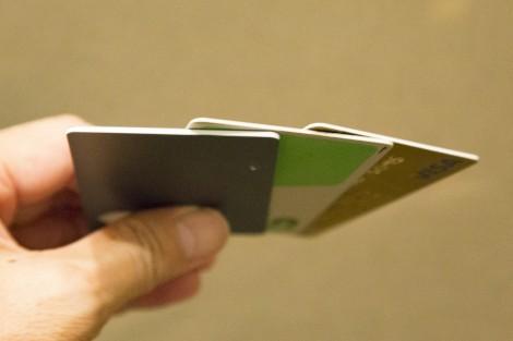 上からクレジットカード、Suica、『Omni Bluetooth Card』