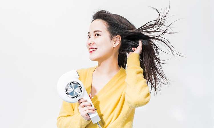 省エネ設計ながら2.2㎥/minとパワフルな風量を実現。ロングヘアの筆者でもスムーズに乾かすことができ、前髪などの顔周りもスタイリングしやすかった。DCブラシレスモーターの採用により、約20,000時間という、一般的なドライヤーの約40倍にあたる長寿命化も実現している。
