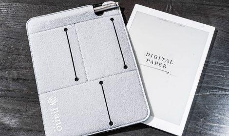 本機専用のカバーも発売されているが、A5サイズのノートが収納できるソフトケースの中には応用が効くものも見つかる。スタイラスペンが収納できるポケットがあることなどをチェックポイントにして選ぶと良いだろう。